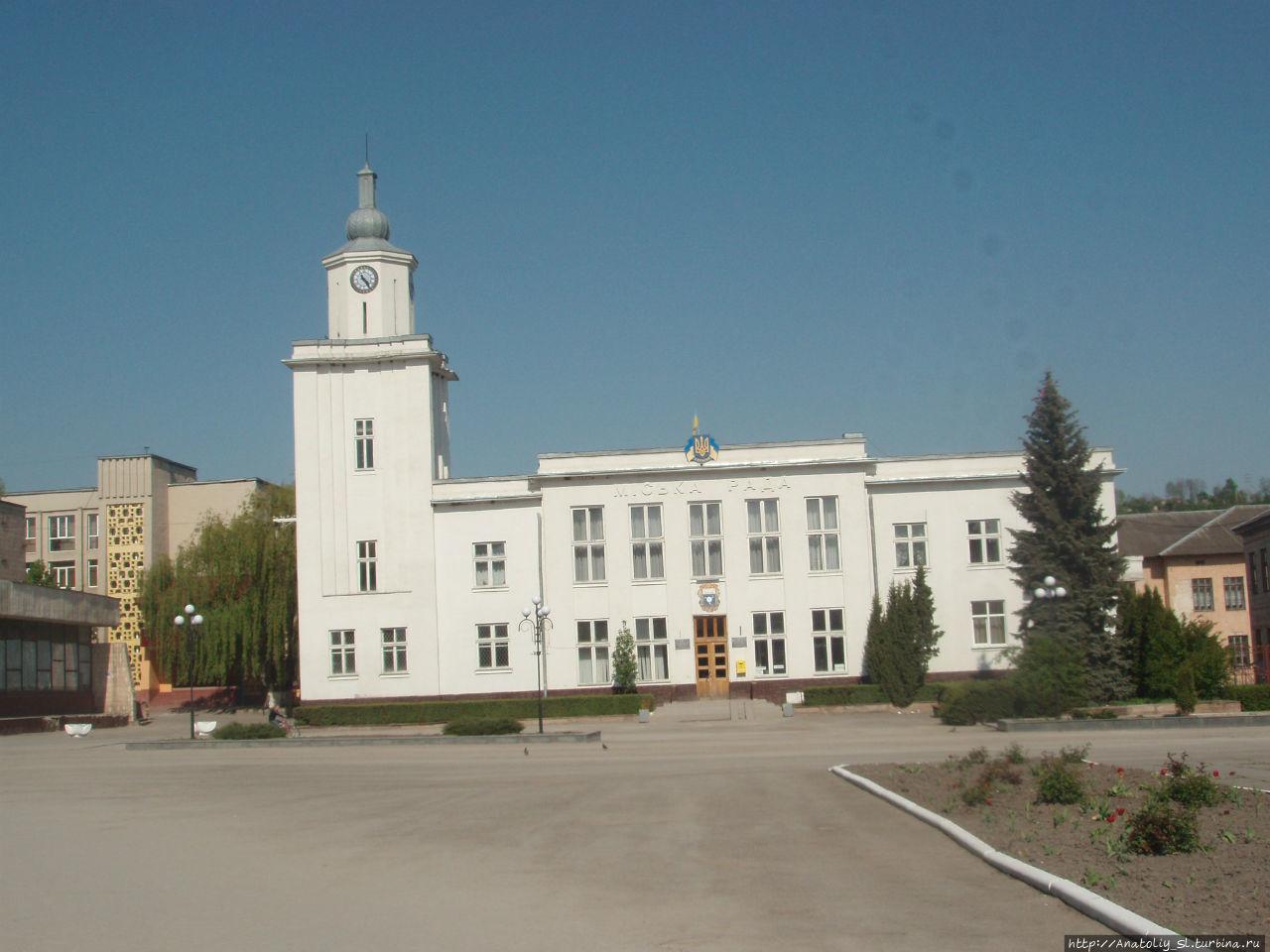 Здание новой ратуши в Чор