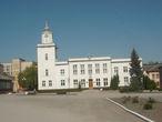 Здание новой ратуши в Чорткове возведено в 1926-30 г.г., когда старая ратуша на площади Рынок перестала вмещать разросшийся административный аппарат магистрата. Здание в стиле конструктивизма с невысокой часовой башней построено под руководством польского арх. Ю. Кунцевского. Кроме магистрата, здесь размещался полиция и пожарная охрана. Сейчас ратуша используется по своему назначению — в ней содержится городской совет Чорткова.