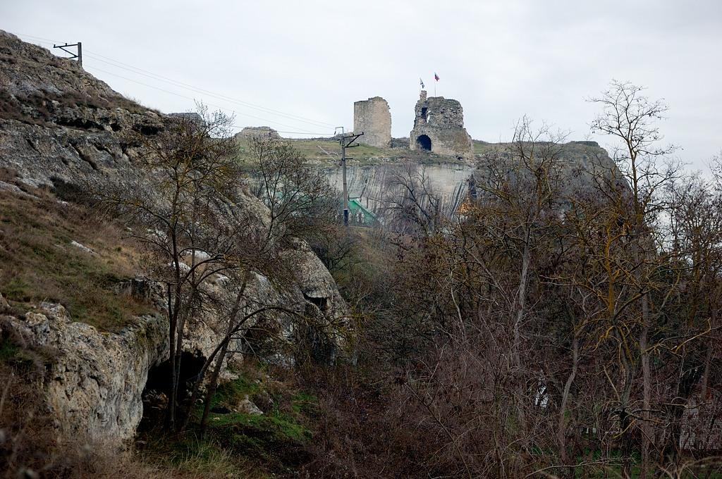 Руины снизу смотрятся мощно