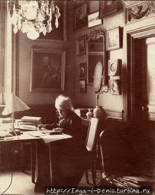 Вильгельмина фон Халльвиль за работой по каталогизации коллекции искусства (фото из интернета)