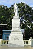 * В сквере вы обязательно найдете монумент реальной исторической личности – Хосе Ризаля, филиппинского революционера, памятники ему украшают многие города Филиппин