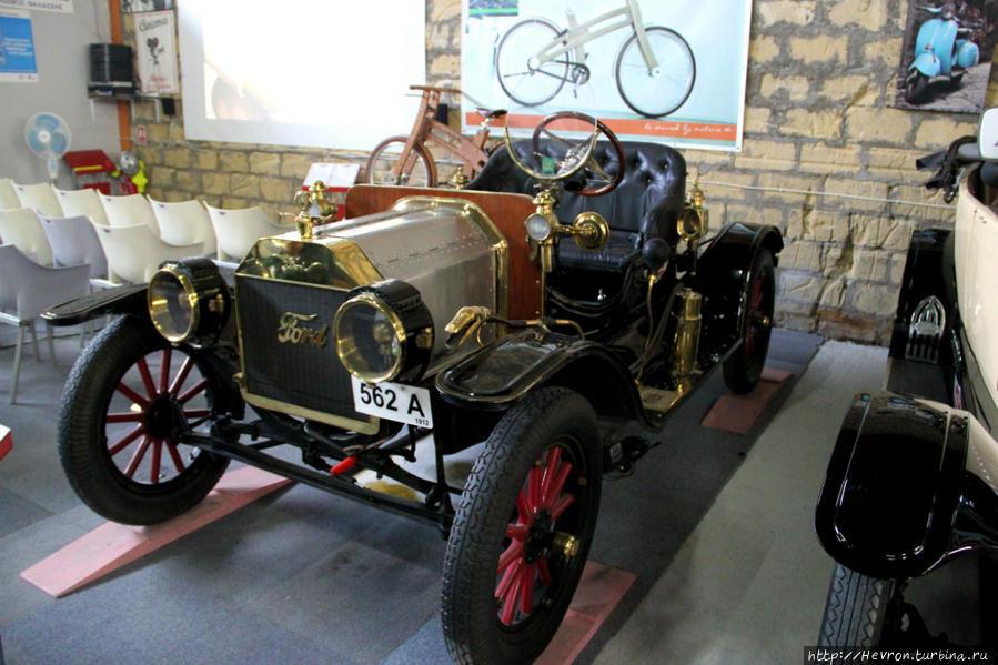Форд Т Родстер. Производился с 1908 по 1927 гг. Эта модель является первым доступным автомобилем для американцев среднего класса. Это стало возможным благодаря тому, что Форд частично заменил ручную сборку производственной линией. К 1918 году половина всех автомобилей США были Форд Т.