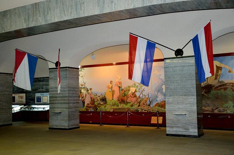 Внутри висят флаги Голлан