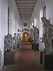 При входе нам посоветовали взять одежду с собой, т.к. кое-какие помещения (например, эта галерея) не отапливаются. А вот зонты попросили оставить. Надо ли говорить, что все возвращаются за забытыми зонтами?:))) Здесь собраны оригинальные статуи.