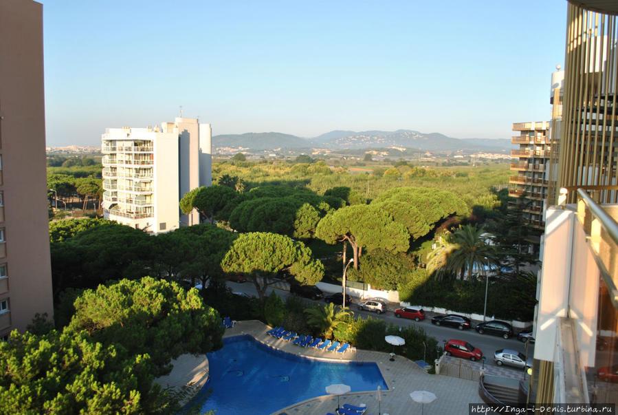 Виды с нашего балкона-террасы один другого лучше: и на море, и на горы, и на бассейн.
