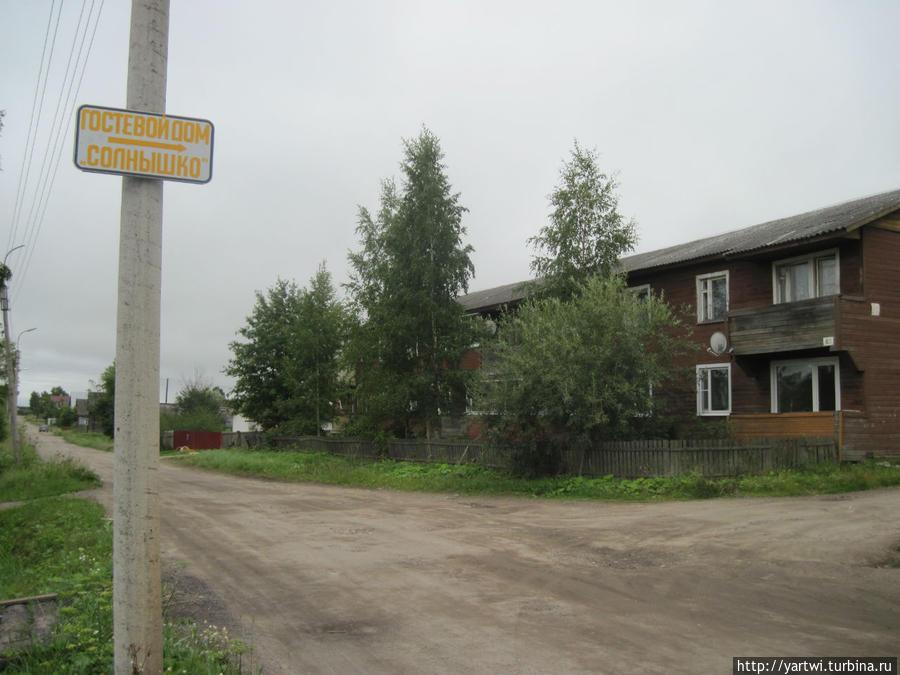 Ул. Ленина. Указатель на столбе слева от дороги — направо идет дорога, которая упирается в ворота