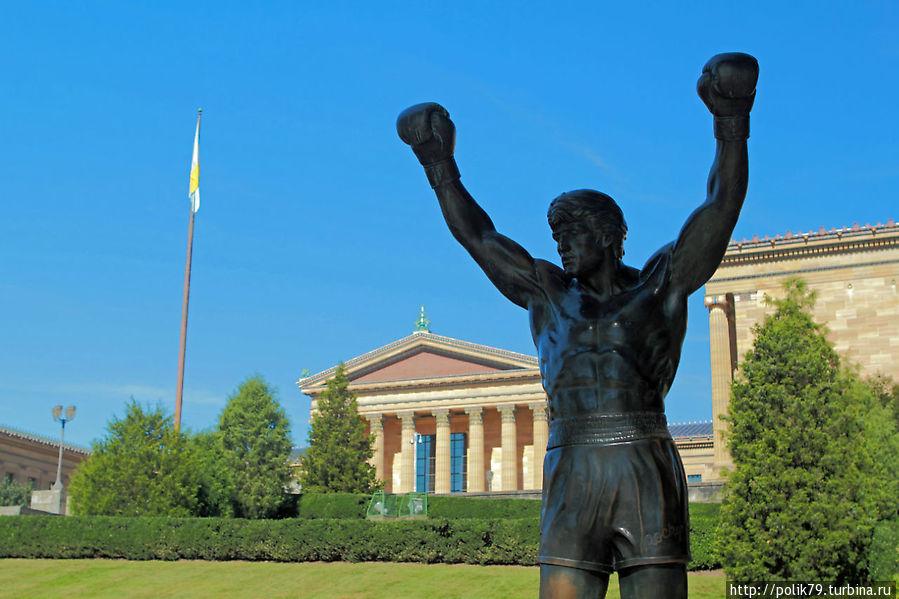 Рокки Бальбоа родом из Филадельфии. Теперь рядом с музеем ему установлен памятник. Говорят, что в фильме он тренировался на ступеньках лестницы перед зданием музея.