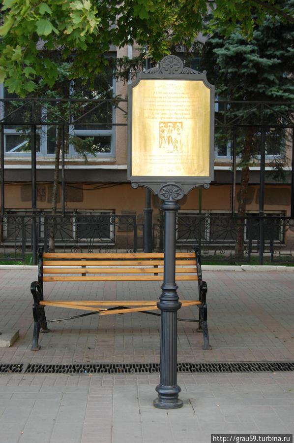 28 июля 2013 года. Мемориальная доска смотрит сбоку на проспект Кирова