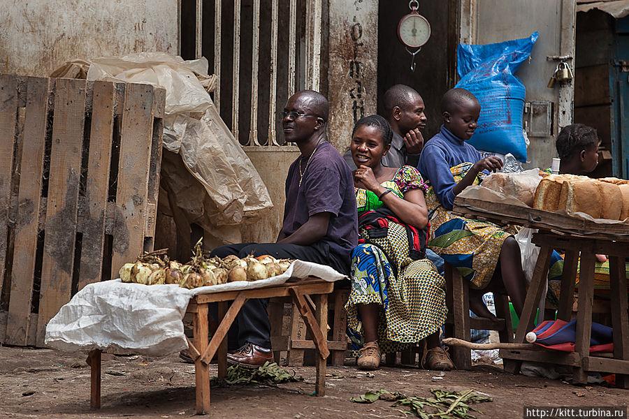 Вдоль улиц идет торговля Букаву, ДР Конго