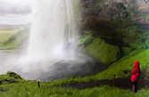 Водопад Селйяландсфосс можно обойти по мокрой тропе сзади