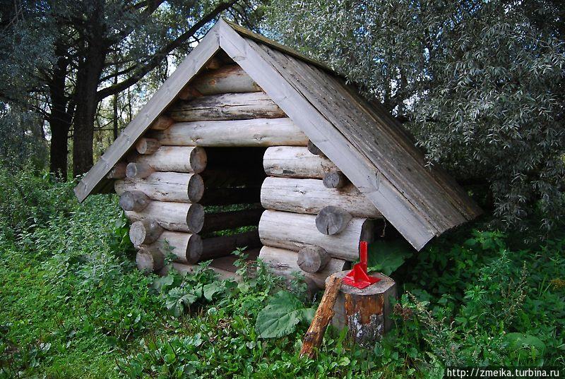 Домик, наверное, от дождя. А красная штука — замечательное приспособление для колки дров.