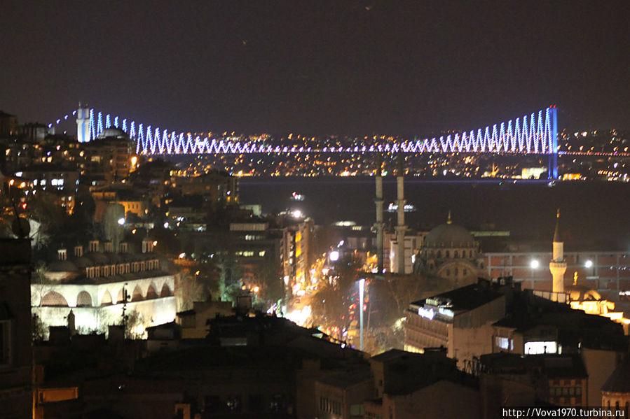 Вид на Босфорский мост вечером.