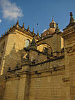 Построенное в XVII веке на месте бывшей церкви, здание собора сочетает стили готики, барокко и неоклассицизма — строительство шло долго и мода на стили менялась..