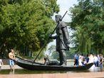 Скульптура Лодочник.  Образ первого человека, приплывшего на эту территорию