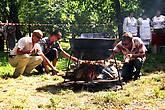 Другая команда начинает разжикать костер для котла, где будет вариться их кулинарный шедевр.