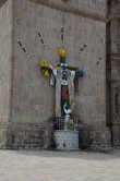 На стене собора (для тех, кто не успел внутрь — может помолиться снаружи).