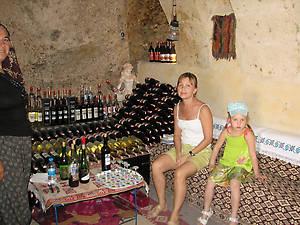 Мы в окружении бутылок вина