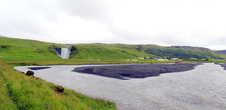 Упав с высоты, водопад Скоугафосс через несколько километров исчезнет в Атлантическом океане
