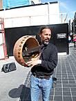 Один из музыкантов на этой улице удивляет диковинным инструментом...