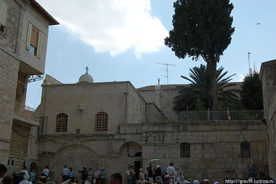 Слева монастырь святого Авраама