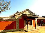 Стена территории буддийского храма