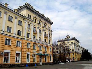 На проспекте Кирова — одной из двух центральных магистралей города.