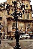 Площадь Кватро Канти (Четыре угла). Из путеводителя (в моей обработке)): в 1600 году испанский вице-король Македа велел прорубить длинную прямую улицу перпендикулярно Виа Витторио Эммануэле (одна из первых длинных и прямых). Свежепрорубленную позже назвали именем Македы, а их пересечение как раз и есть Кватро Канти. Углы четырех зданий, выходящих на эту площадь срезаны и получившиеся угловые фасады выплнены в едином стиле.