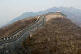 Стена тянется по горам на километры