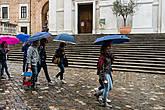 А теперь прогуляемся по улочкам города... под зонтами
