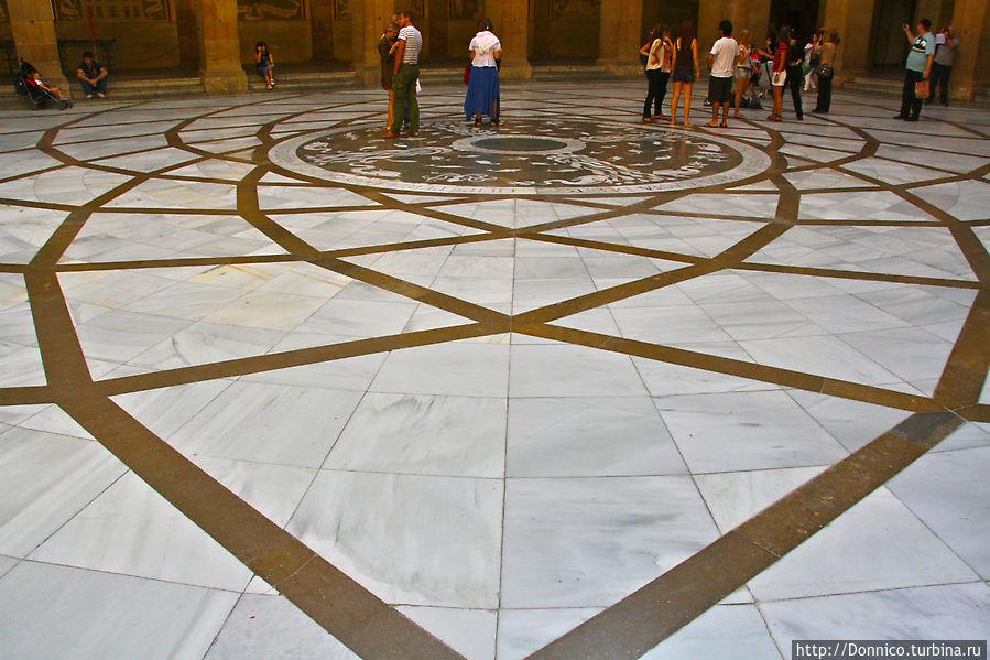 во внутреннем дворике все гармонично и сильно, в том числе и мраморный пол с красивейшим рисунком Монастырь Монтсеррат, Испания
