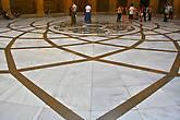 во внутреннем дворике все гармонично и сильно, в том числе и мраморный пол с красивейшим рисунком