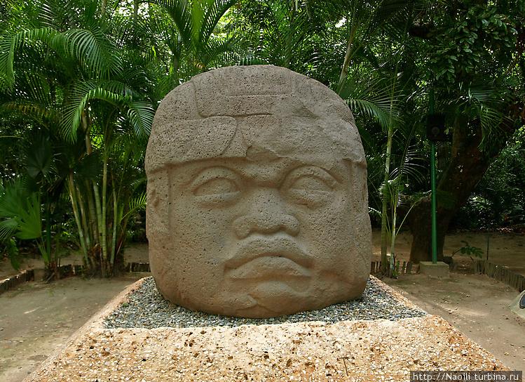 Гиганская голова воина в