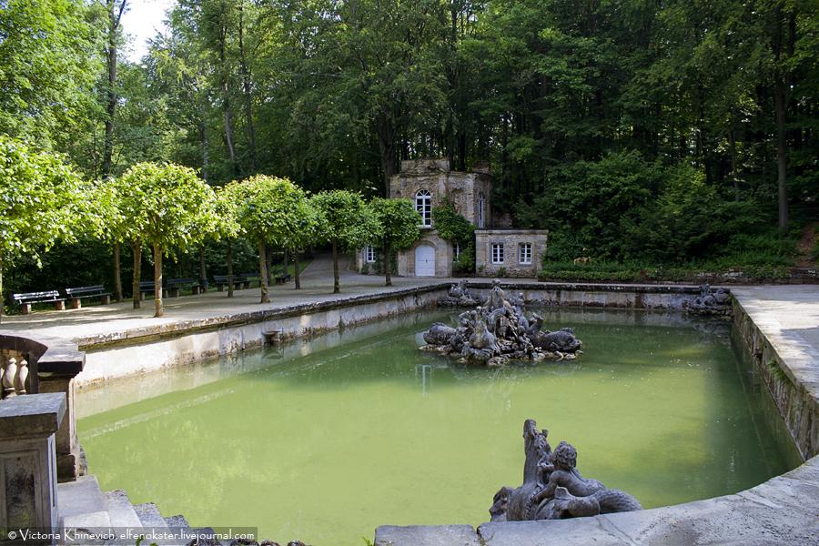 Нижний грот (нем. Untere Grotte). Ребята надеялись показать нам работу фонтанов, но в этот день их почему-то не включили. Может, было еще рано.