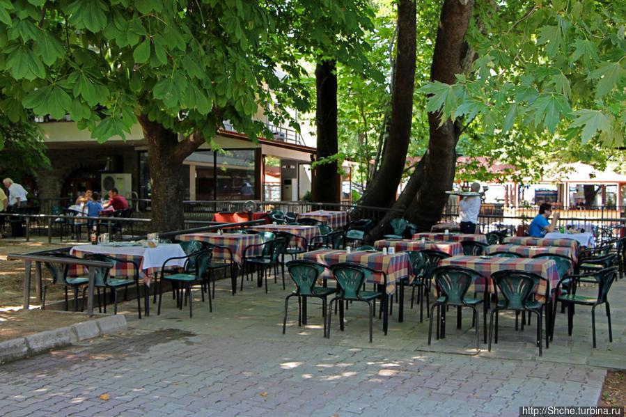 Большую часть верхнего участка парка занимают столики одноименного кафе