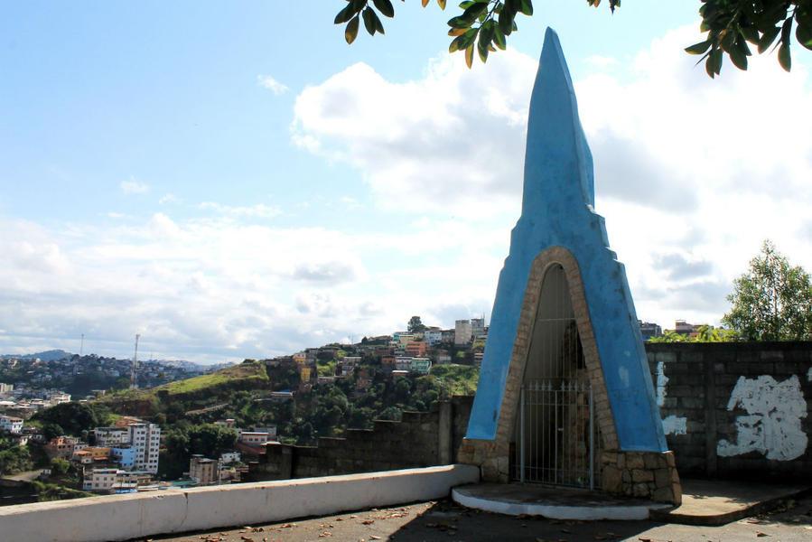 Мини-часовня Св. Бернарда на холме у центра города