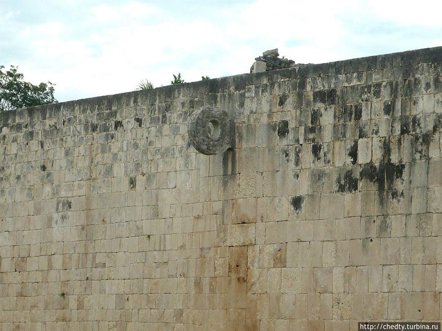 Попробуй в него попади если защитники мешаются Чичен-Ица город майя, Мексика