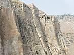 Крепость расположена на неприступной скале.