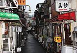 Очень интересны несколько кварталов в районе восточного Shinjuku. Со всех сторон их окружают многоэтажные здания. А эти одноэтажные домики — бары, в каждом один или два столика, или просто барная стойка. В них любит собираться, обсудить свои последние новости компании по интересам: от любителей мотоциклов до писателей...