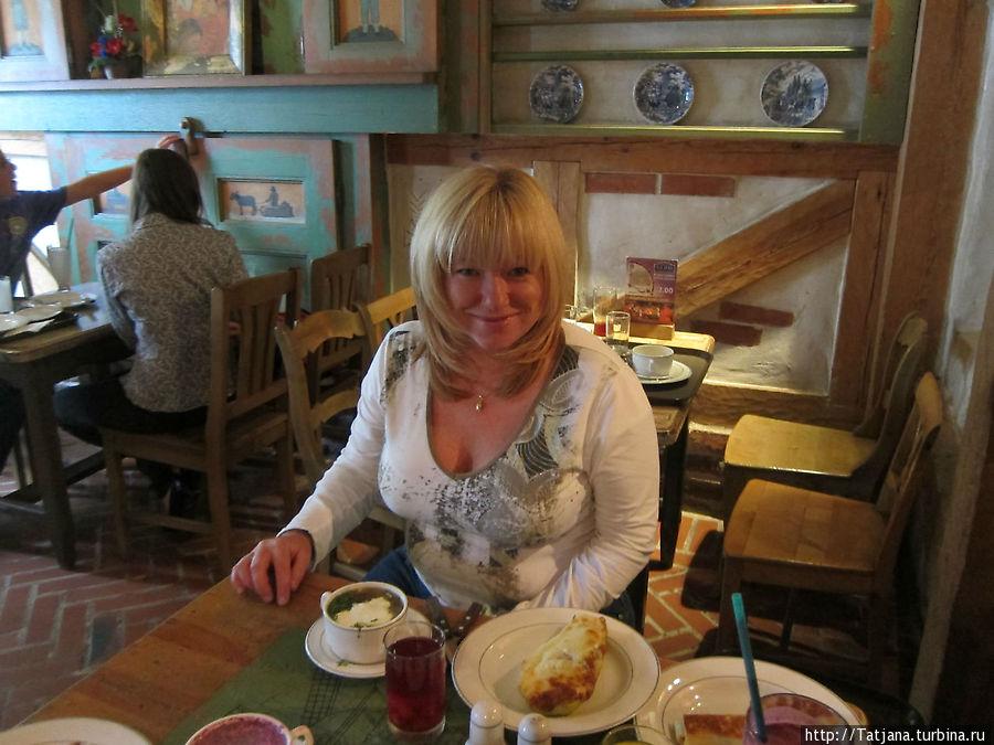 На столе лежит кабачок фаршированный -было очень вкусно...