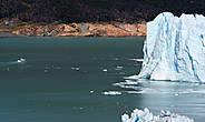 кораблики не рискуют подплывать близко к леднику, чтобы случайно не попасть под микроцунами
