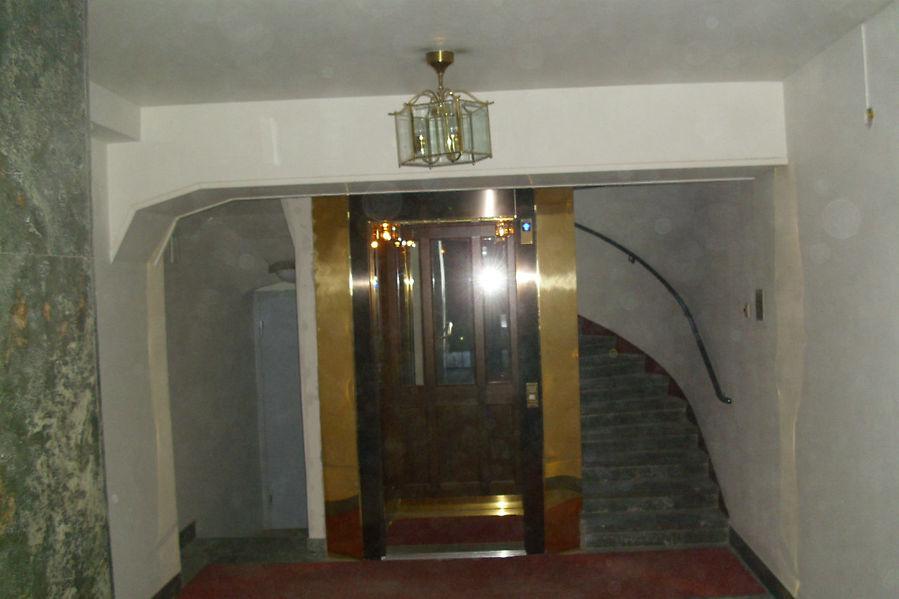 подъезд дома,в котором находится отель