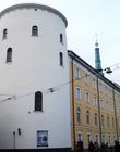 Рижский замок (1330) — цитадель ливонских рыцырей. На переднем плане — башня Святого Духа (1487-1515). далее — Башня трех звезд (1938)
