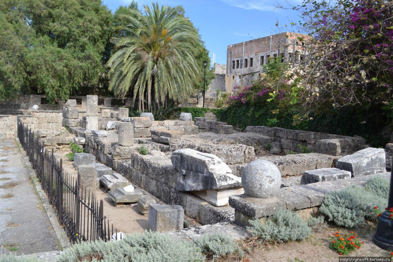 На переднем фоне -развалины храма Афродиты, на заднем фоне усадьба Хасан-бея