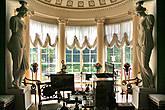 Фото из интернета. Сквозь окна кабинета-фонарика просвечивает цветочный ковер.
