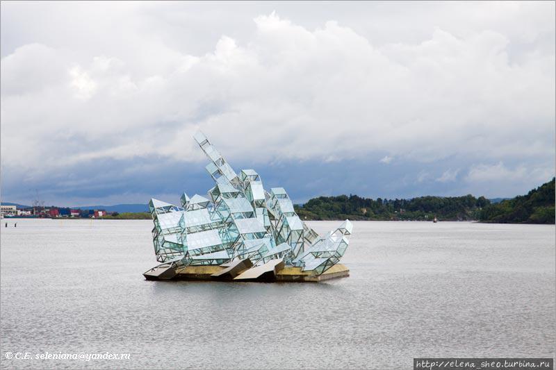 10. Видимо, это кораблик с парусами. Что-то он подозрительно накренился, как бы с ним что не вышло.