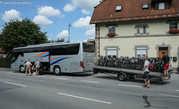 А вот так путешествуют пенсионеры и экскурсанты: доехали на автобусе, потом вокруг интересных мест на велосипеде.