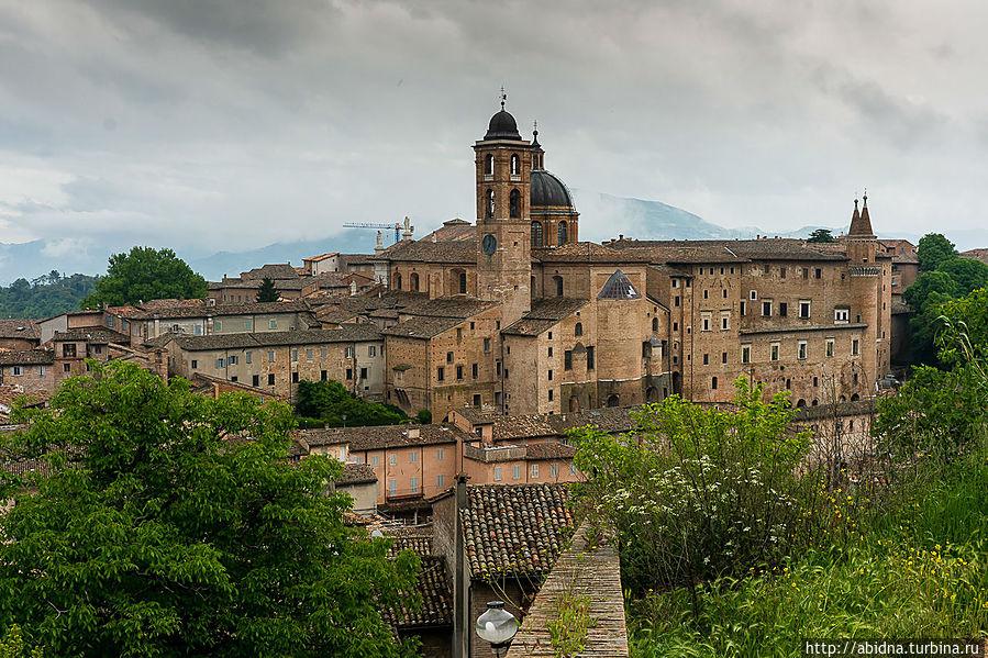 Великолепный вид на Герцогский Дворец Урбино, Италия