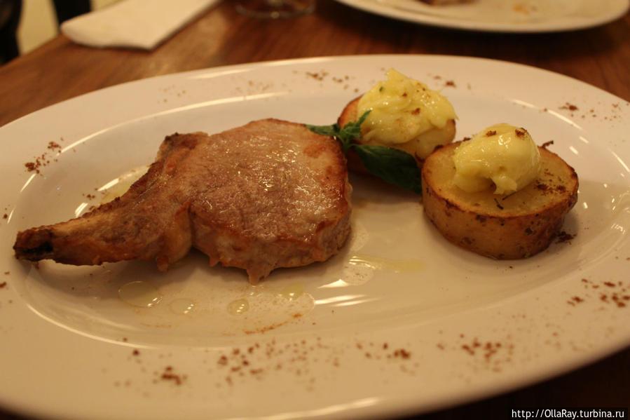 Свинина на косточке и картофель с домашним майонезом с чесноком.