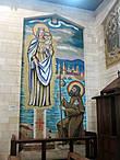 На северной и южной стенах вывешены 17 уникальных портретов Девы Марии, являющиеся подарками Австралии, Англии, Аргентины, Бразилии, Венесуэлы, Венгрии, Испании, Камеруна, Канады, Китая, Ливана, Мексики, Португалии, Польши, США, Франции и Японии