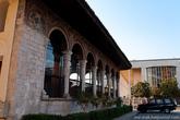 Местами на мечети сохранились старинные фрески.